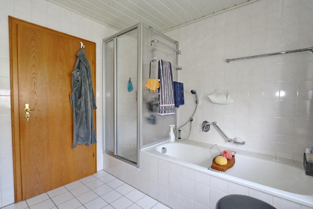 Duschkabine und Wanne