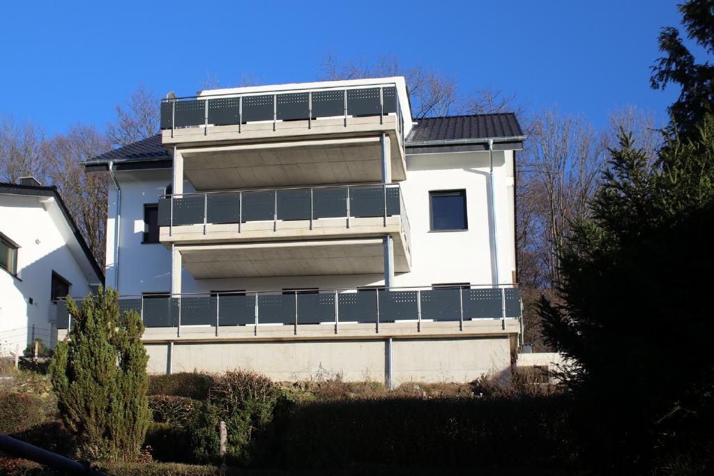 Neubau-Dreifamilienhaus