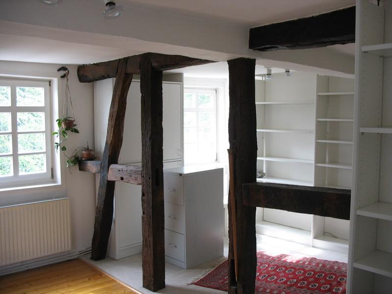 Wohnraum mit Fachwerk und modernen Einbaumöbeln
