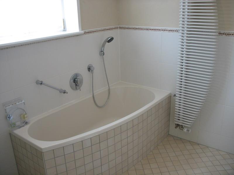 neuwertiges, zeitgemäßes Voll-/Duschbad