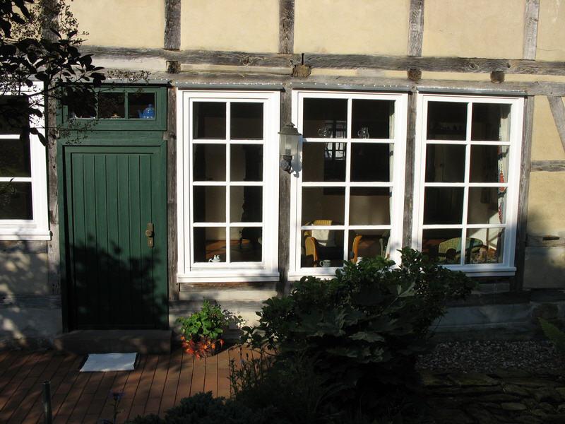 Holzsprossenfenster mit Holztür