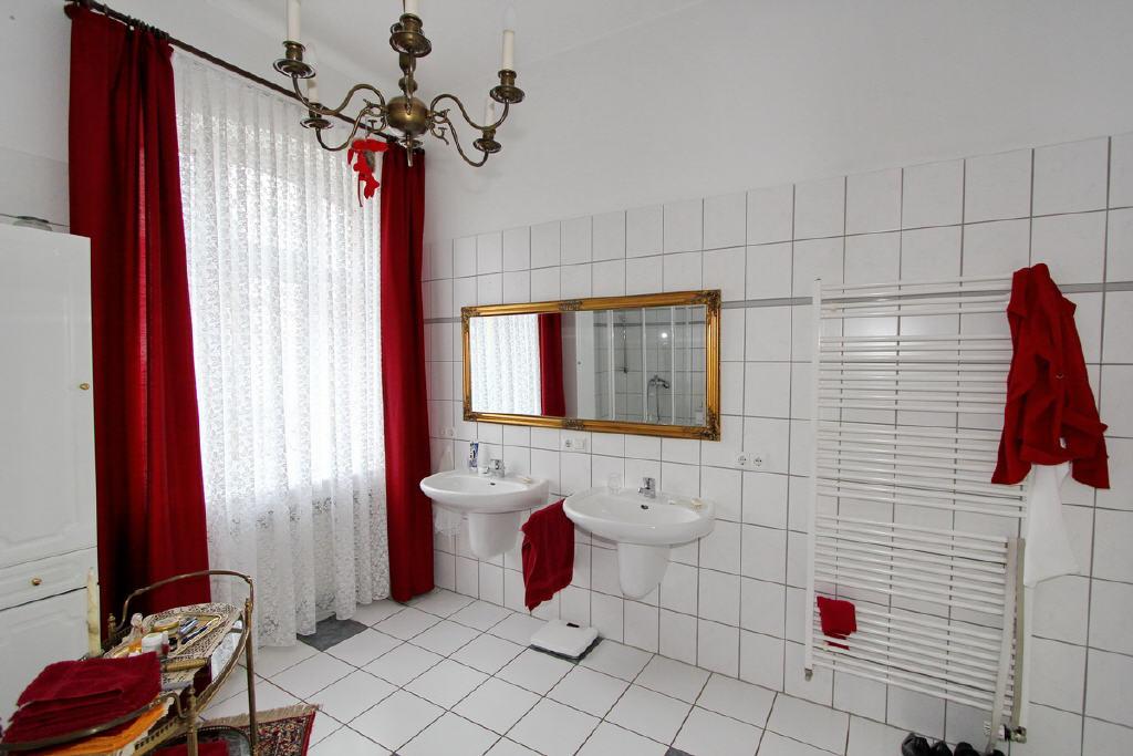 modern ausgestattetes Badezimmer im EG