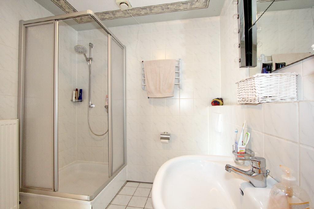 Dusche mit Kabine