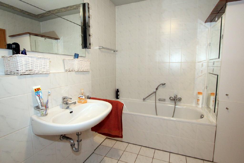 Bad mit Wanne und Einbauschränken