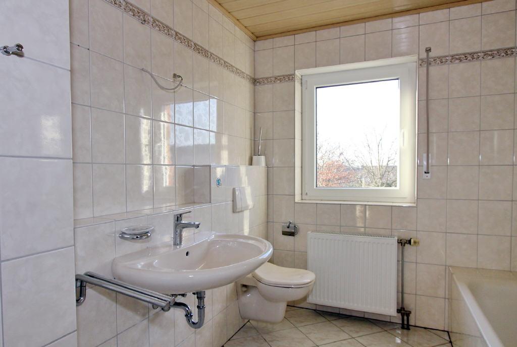 zeitloses Bad mit Fenster