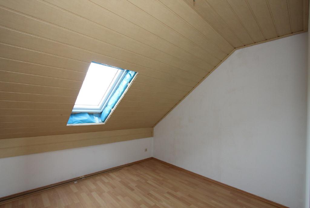 Zimmer mit Dacflächenfenster