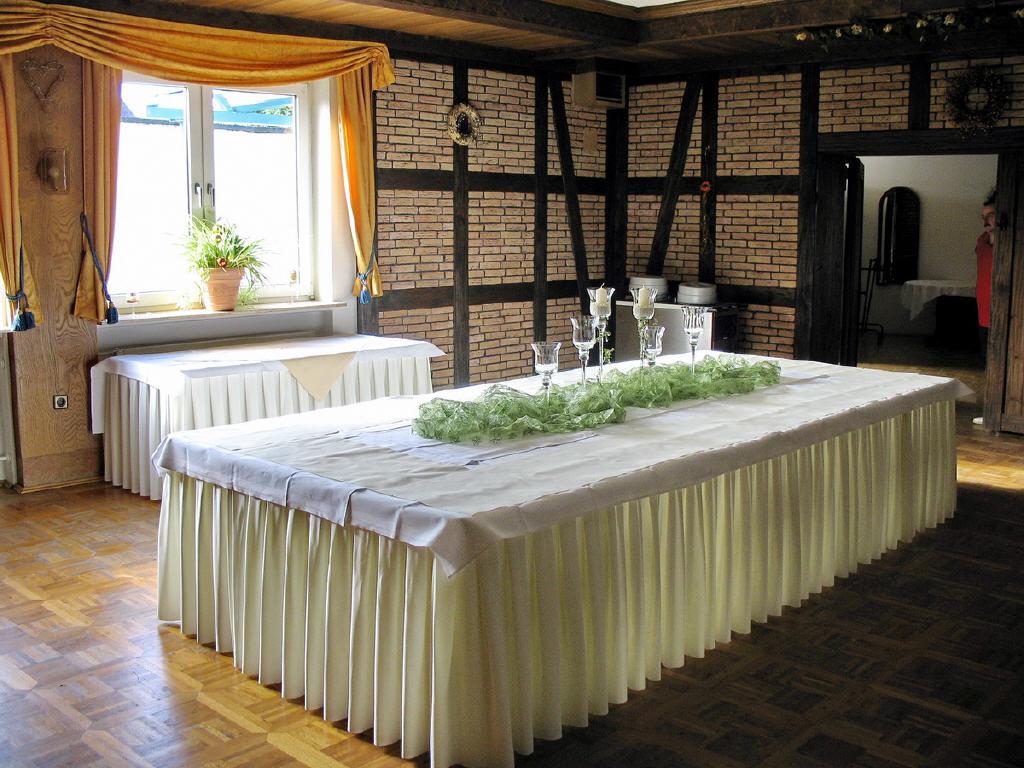 Aufbau eines Bufetts im kleinen Saal