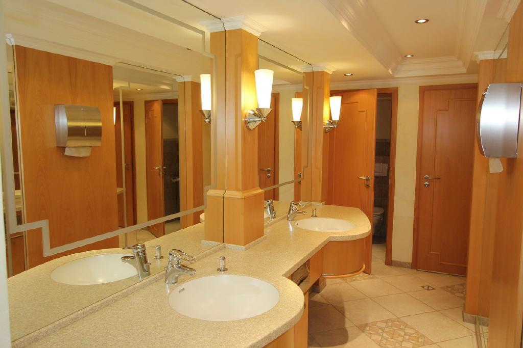 neuwertige WC-Anlagen