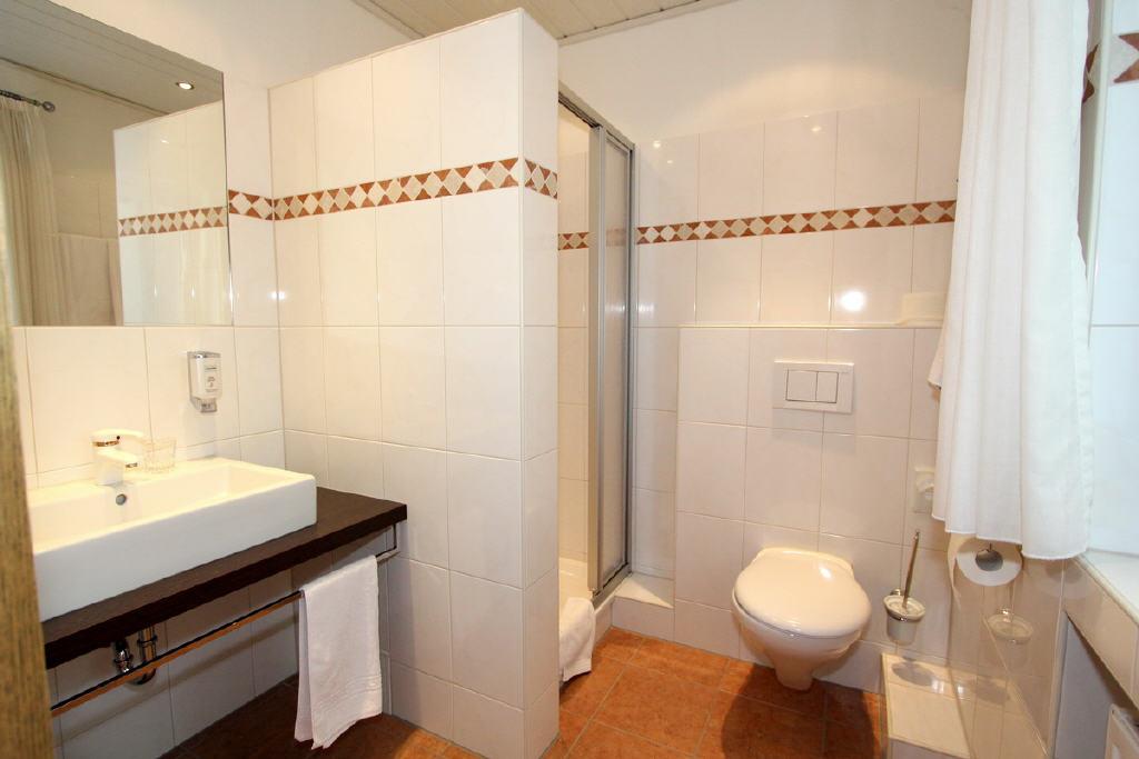 Hotelzimmer jeweils mit Duschbad