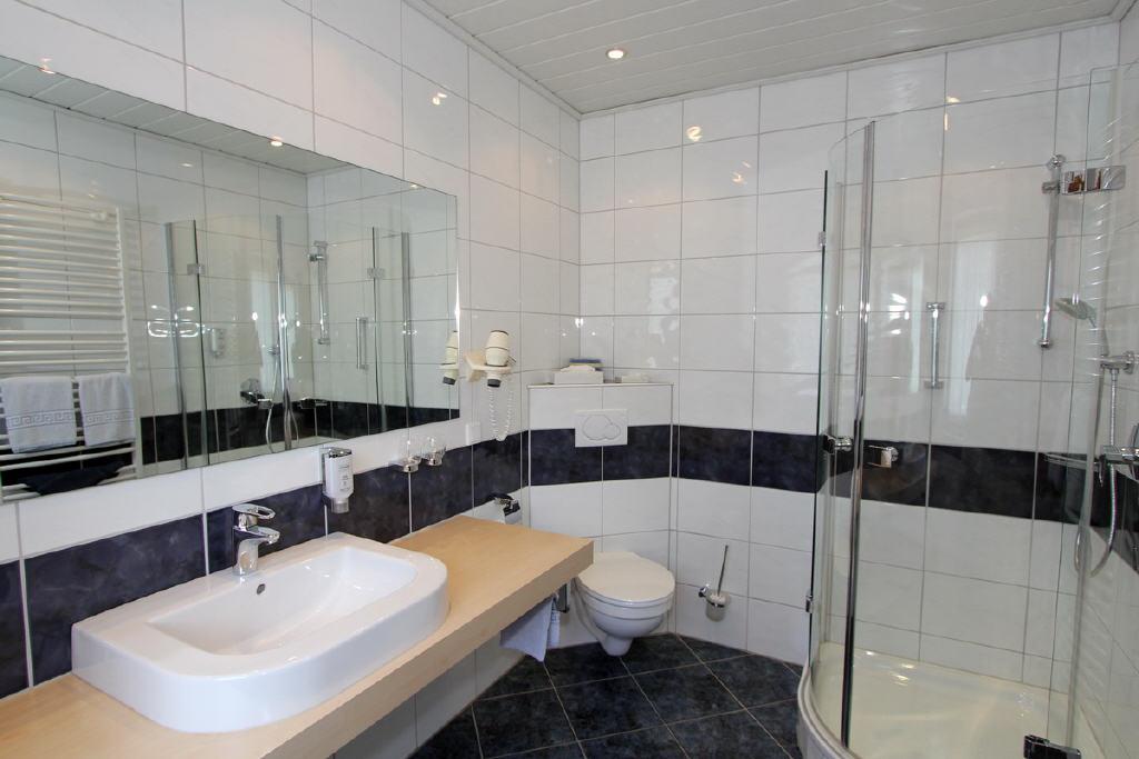 große, moderne Duschbäder
