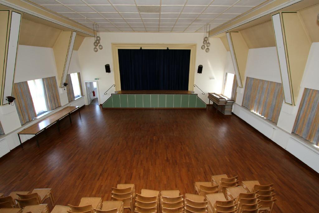 Veranstaltungsraum mit großer Bühne