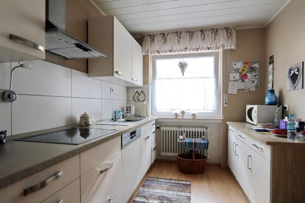 helle Küche mit Zugang ins Esszimmer